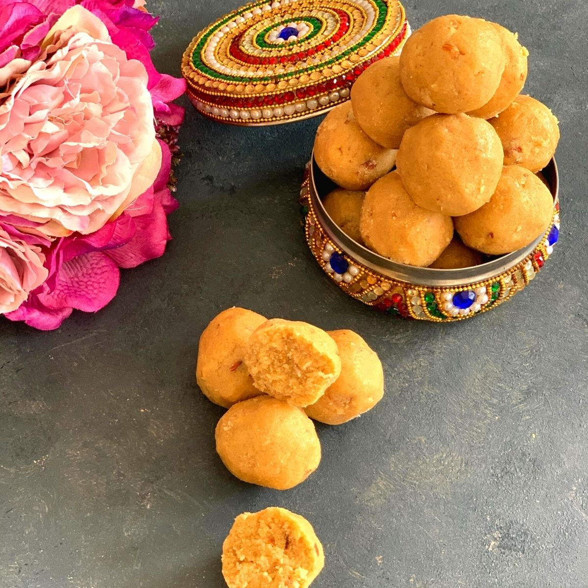 Atte aur Gond ke ladoo is a traditional winter delicacy that is very healthy and provides the body with the required amount of needed calories.