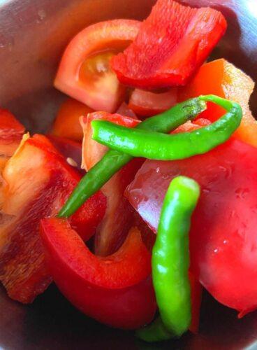 Pureeing tomato, capscum and green chilli